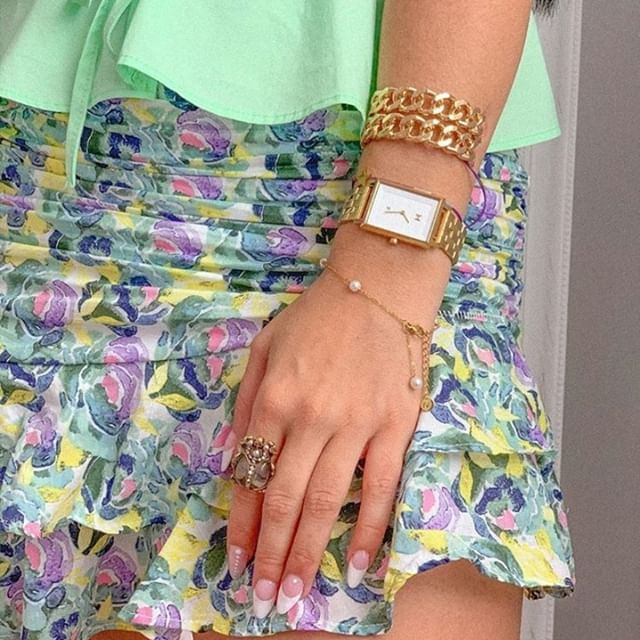 Feeling summery! Put on your favourite summer clothes and pair it with some golden details