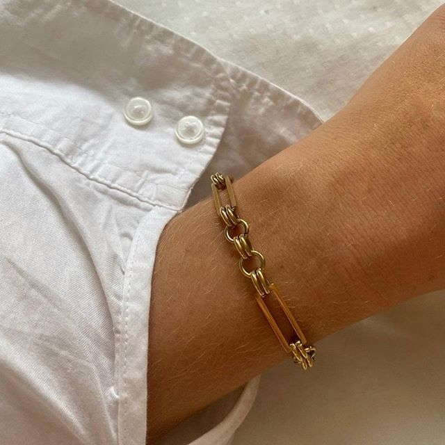 A close up on the bold Link bracelet, a chunky look made of flat, interlocking links