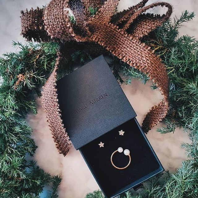 Spread the festive cheer with our Trilogy Star ear studs and Pärla ring