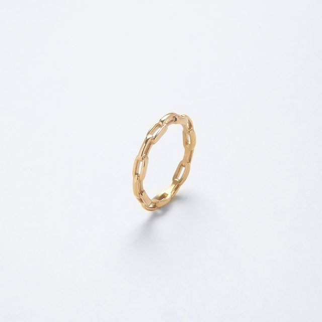 Link ring, stack it up or wear it by itself, the 18k plated gold Link ring is delicately crafted for a minimalist look that goes with everything