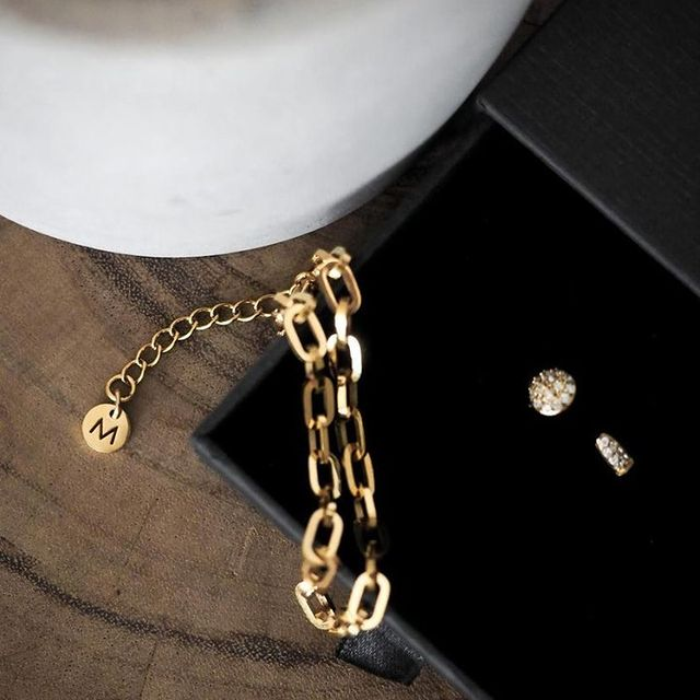 A close-up on this golden duo, Icon chain bracelet and our Alva open ring