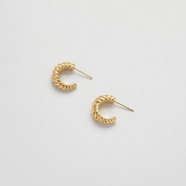 New in! Donna Dome hoops, lightweight open dome hoops with a twisted pattern. Make it a set with the Donna dome ring