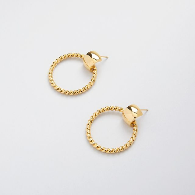 New in! Donna Twisted hoops, these bold hoops give us a strong 70's vibe! Available in both 14k gold plated and stainless steel