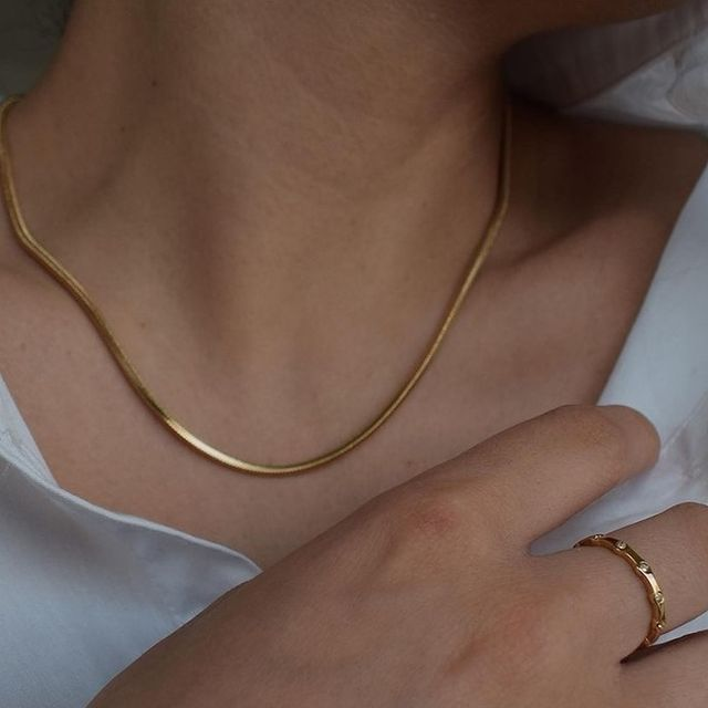 Close up on this beautiful combo, Flat Snake chain paired with our Link ring